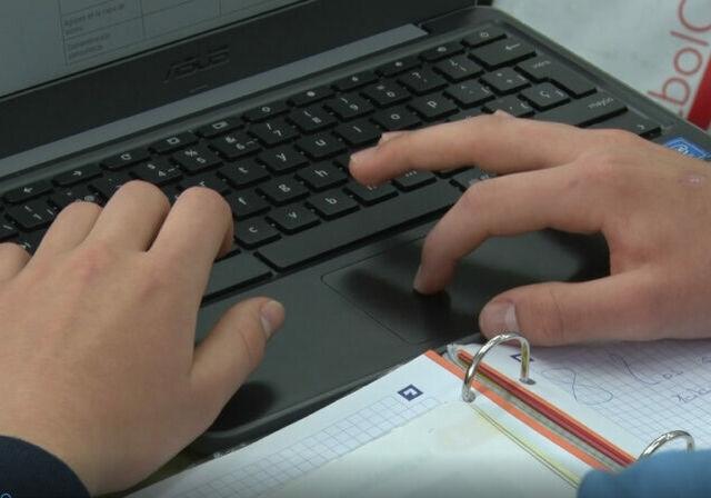 ordenador-niño-educacion-colegios-diocesanos-enseñanza-virtual-online-web-796x448